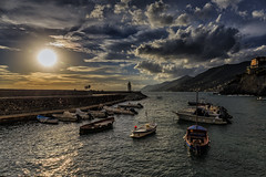 Sole (Enrico Cusinatti) Tags: sole soleil sun goldenhour italy italia sea seascape acqua barca boat boats clouds cielo enricocusinatti faro liguria mare mer nuvole nuvola cloud sky travel viaggi vacation camogli
