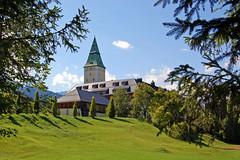 Schloss Elmau (2) (Pixelteufel) Tags: krn klais schlosselmau bayern bavaria alpen urlaub ferien freizeit erholung ruhe tourismus architektur fassade gebude hotel restauriert turm rasen wiese tannen historisch erneuert