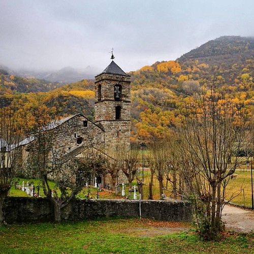 L'església de Sant Feliu de Barruera envoltada de tardor.  La iglesia de Sant Feliu de Barruera envuelta de otoño.  #esglesia #iglesia #church #tardor #otoño #autumn #travesiapirenaica #instapirineos #loves_pyrenees #vivelospirineos #rinconesdelpirineo #j