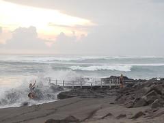Touristes tous risques (GeckoZen) Tags: vagues plage seseh bali indonesia touristes cemagi oceanindien