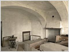 RIPOSO (MEGATELUS) Tags: riposo casa decadenza freddo abitazione letto polvere partenza volta bianco seppeia camino abbandono ragnatele ragno megatelus