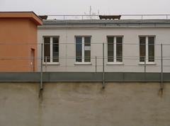 Wien (Harald Reichmann) Tags: wien stadt davidgasse haus gebäude fassade fenster dach mauer geländer aussicht