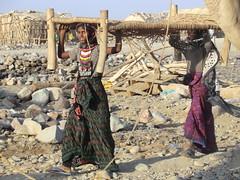 Dos chicas en Ahmed Ela (escandio) Tags: desierto tribu afar 2011 danakil scdanakil etiopiadanakil salcaravana