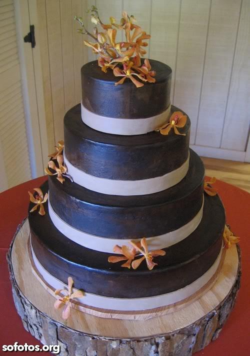 Bolo de casamento com cobertuda de chocolate