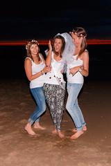 De Bende van Lynn (Dennis Bevers) Tags: girls friends beach smiling happy veil faces belgium bachelorette lynn jeans barefoot be tanktop ribbon brunette oostende bacheloretteparty flanders flowercrown