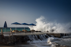 Well protected ;-) (jan.scho) Tags: welle wellen windig spritzen nass gischt meer strnd schirm sonnenschirm schirme aufgeklappt beschtzt strand griechenland kreta aldiana