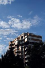 au bord du canal (Steph Blin) Tags: toulouse ville immeubles buildings urban paysage urbain city town 31 france ciel sky blue bleu rsidence habitat lookingup balcons balcony canaldumidi