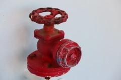 C'est une vanne... (Pi-F) Tags: robinet vanne eau incendie bateau malte gozo ferry blanc rouge contraste couleur rouille peinture marine