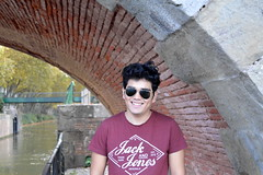 Sonrisa (frogizlou) Tags: latino toulouse automne fall autumn france canal brienne midi ponts jumeaux brique portait bright smile sonrisa boy garcon beau
