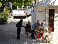 Kalimera, boys! (Ia Löfquist) Tags: kreta crete mythi village by street gata men män fika paus break