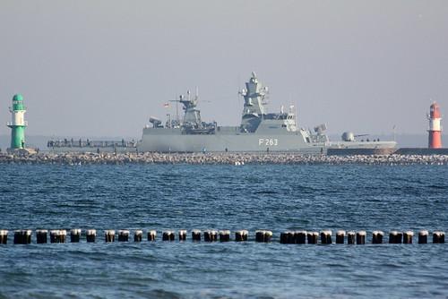 Deutsche Marine: Korvette F 263 OLDENBURG zwischen den beiden Molenfeuern an der Einfahrt zum Seekanal in Warnemünde