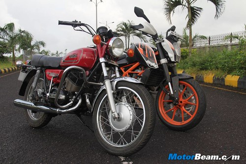 KTM-Duke-390-vs-Yamaha-RD350-20