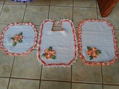 M - Jogo de banheiro quadrado laranjado (Artices da Zappa - Artesanatos feitos com Amor.) Tags: flores tapete jogo banheiro quadrado trs peas laranjado