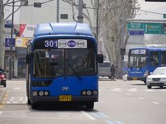 Seoul Buses (Travis Estell) Tags: bus ihwa ihwadong jongno jongnogu korea publictransit publictransportation republicofkorea seoul southkorea transit
