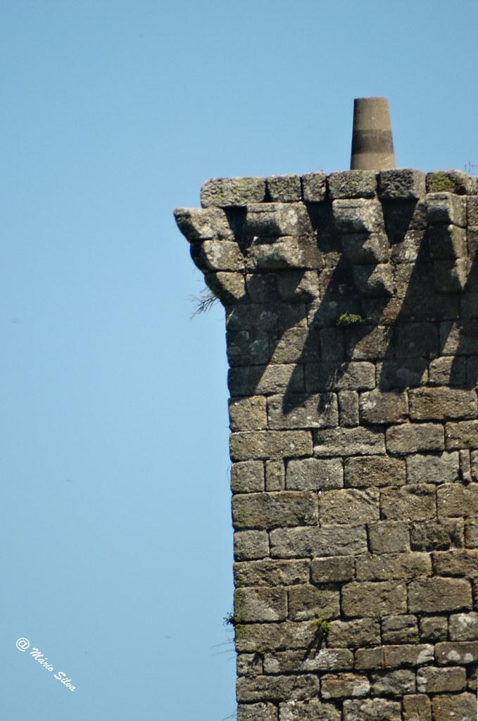 Águas Frias (Chaves) - ... pormenor da torre de menagem do Castelo de Monforte de Rio Livre ... com um marco geodésico ...