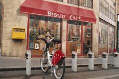 looks can be deceiving (omnia_mutantur) Tags: velo bicicletta bici bicycle bike bicicleta muro mur pared parede wall fresque urbanart streetart bibliòcafé lyon lione francia france frança rhônealps trompdoeil strada rue calle rua street ruedelaplatière parking posteggio gente people gens