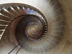 Treppe zum Mittelpunkt (antonritzhaupt) Tags: wendeltreppe architektur gebude strukturen frankreich
