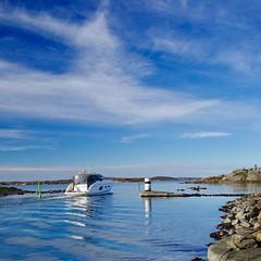 Navigering emellan grynnor och skär, prickar och kummel. Navigation in the archipelago of Gothenburg. (lmbythesea) Tags: emellan fs161030 fotosondag sjöbacka fiskebäck eskils kanal önnered västkusten göteborg gothenburg fritidsbåt havet princess v navigation piloting tippen pleasure craft
