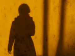 Peinture sur soi (CécileAF) Tags: shapes shadows wall urban portrait canon yellow