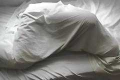 Hoy me desperté... (Matías Brëa) Tags: selfportrait bed sheets cama sabanas plieges