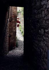 (Sarah Le Corre) Tags: rock stone dark alley rocks stones aisle end passage