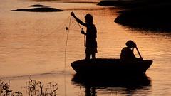 Buona pesca ci sar... (Delvecchio Dario) Tags: india boat paddle karnataka pesca hampi pescatore rete crepuscolo hospet fischerman