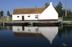 St-Omer, marais audomarois, bacôves (Ytierny) Tags: france horizontal canal berge reflet miroir maison marais tuile barque pasdecalais stomer escute embarcation audomarois bacôve ytierny