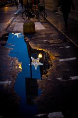 dove vi siete incontrati (Antonio_Trogu) Tags: christmas street stella light italy reflection water bike bicycle night puddle star strada italia decoration streetphotography bikes bicycles modena acqua natale luce sera emiliaromagna bicicletta decorazione biciclette pozzanghera antoniotrogu