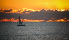 Au feuuuuuuu !!! (ju.labs) Tags: sunset mer sea ocean estuaire canon canon700d colors couleur charentes canon55250 couchdesoleil saintpalaissurmer 17 france finegold flickr bateau boat pche