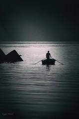 prime luci (Angelo Trapani) Tags: alba giorno mare buongiorno pescatori barca pesca lavoro mattino giornata acqua pesci remi scogli uomo