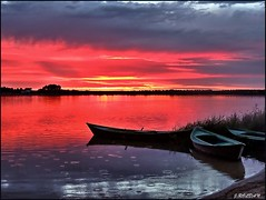 Bajo una ligera llovizna... (Jose Roldan Garcia) Tags: laguna agua ocaso atardecer naturaleza nubes barcas momentos libre colores luz