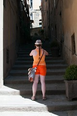Orange shorts (5ERG10) Tags: street summer italy orange sergio photography alley nikon funny italia candid picture july tourist clothes workshop tuscany shorts tight toscana vicolo cortona unflattering flattering cotm joelmeyerowitz stairts amiti snappose 5erg10 cortonaonthemove d8002013