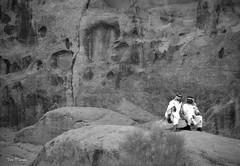 Conversa - Wadi Rum   (Jose Maria Sancho Aguilar) Tags: people bw naturaleza white black blanco nature blackwhite nikon asia desert gente wadirum natura bn unesco arabic jordan desierto arabian worldheritage bedouin jordania blanconegro beduino rabe musulmn patrimoniohumanidad  zalabia  bedu d5100 alurdunn uadirum josmarasancho