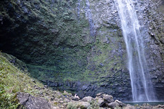 Hanakāpīʻai Falls and the cave (malinowy) Tags: winter vacation cliff fall hawaii coast nikon holidays hiking path hike falls cliffs trail kauai hi nikkor kalalau zima napali 1870 wakacje hanakapiai hawaiianislands szlak kalalautrail malinowy d7000 hanakāpīʻai malinowynet