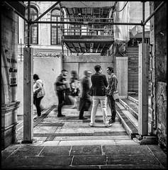 walking on rialto bridge (Lukas_R.) Tags: leica q typ116 28mm bw bridge rialto italy venedig venecia venezia travel street people