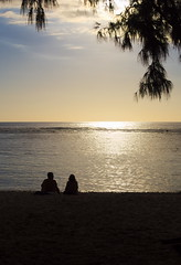 By The Sea (Ren-s) Tags: silhouete sunset couchédesoleil soleil sun nuages clouds mer sea ocean indianocean océanindien réunion island île tropical people personnes sand sable plage beach trees arbres waves vagues horizon skyline backlight contrejour