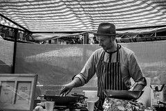 Cooking (Florencia Conzolino) Tags: london londres he people society streetphotography street bnw bnwcaptures blackandwhite blancoynegro monochrome monocromtico cooking chef candetown