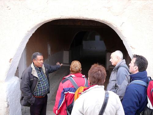 Libia. Ghadames. Puerta en la muralla exterior de la medina; el guía local nos explica algo