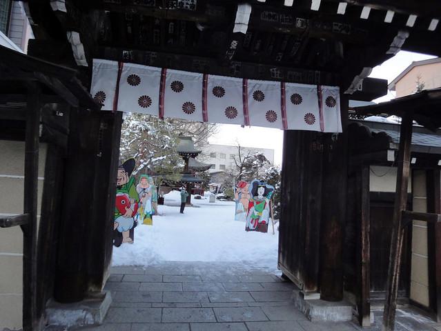 門を潜ろうとすると、怪しい集団のお出迎え。|飛騨国分寺