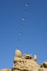DSC_1961-2 (Enrica Casotti) Tags: nikond7100 afsnikkor35mm118g aquilone kite cervia settembre beach spaiggia sabbia sculture sculpture scrat iceage leraglaciale sole sun italia