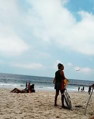 parada para ver o mar (luyunes) Tags: leme praia mar gente riodejaneiro motomaxx luciayunes
