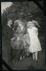 Archiv Chr114 Familienphoto, Övelgönne (auch Oevelgönne), 1927 (Hans-Michael Tappen) Tags: archivhansmichaeltappen övelgönne oevelgönne 1920s 1927 1920er gartenszene hut mutter sohn tochter schirm outdoor outfit kleidung