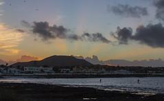 Abend in Corralejo (maikepiel) Tags: corralejo fuerteventura spain spanien sunset sonnenuntergang sky himmel wolken clouds silhouettes standup paddler sup colours farben licht light rays strahlen sea meer