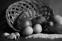 Bodegn canasta con verduras (Enriquehg2016) Tags: bodegon bodegn frutas verduras canasta huevos ajos arroz pimientos cebolla granada tomate stilllife fruits vegetables tomato pepper onion composition garlic nikond3300 objetive1855mm