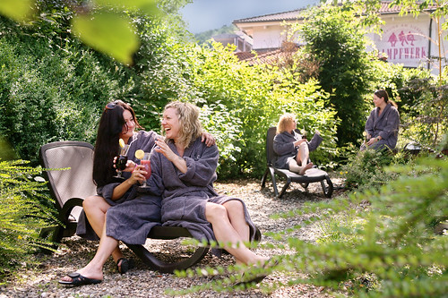 Lassen Sie beim Entspannen im Saunagarten die Seele baumeln.