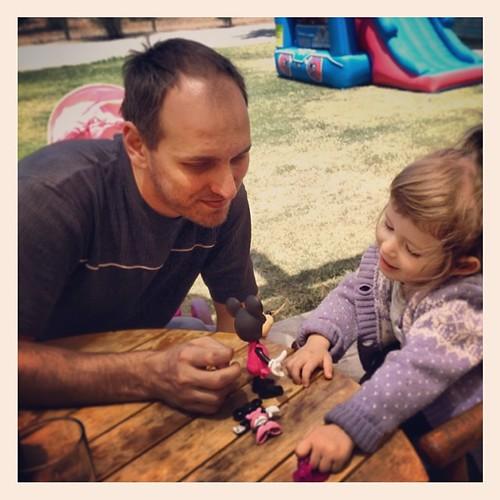 ...#momento #padre #hija jugando a la moda con Minnie Mouse