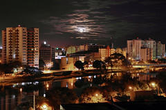 Moonset and clouds (Otaclio Rodrigues) Tags: moon brasil clouds full nuvens lua noite nights cheia prdios oro builds resende