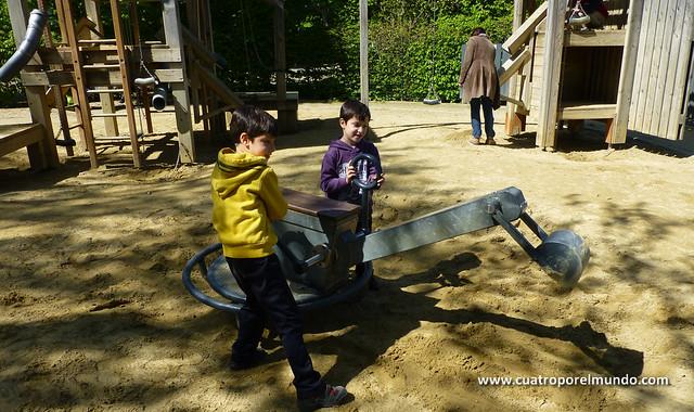 Jugando con la arena en el parque del laberinto