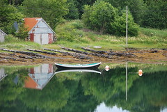 Eiksund speil -|- Mirrored boat (erlingsi) Tags: norway reflections coast boat norge europe norwegen reflet rowboat oc spiegelung reflejos robt stille noreg erlingsivertsen spegling speiling ulstein eiksund kystkultur maritimeimpression