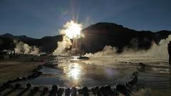 #Chile #Antofagasta Amanece en El Tatio. (Soros004B) Tags: chile antofagasta geyser geiser sol sun sunrise mountain montaa rayosdesol raysofsun vapor steam columnasdevapor steamcolumns andesmountains soros004